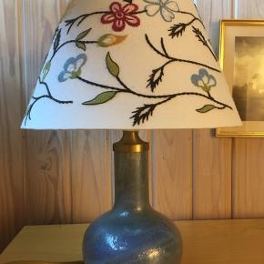Holmegaard glad lampe med fin skærm! Mål inkl skærm 37 cm, uden skærm 20 cm! Virkelig fin 👍😍 Byd!