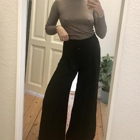 Lækre sorte bukser med vide ben. Super behagelige.