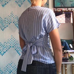 Super fin stribet t-shirt fra PIESES.  Den bindes bag på så den kan sisse helt perfekt.  Den har nogle små mørkere mærker, som fx. kan ses lidt bag på. (billede 2)