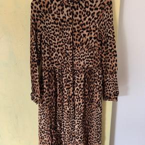 Fin leopard kjole i 100 % viskose. Modellen er lidt peblum i en sænket talje. Knapperne er skjult som vist på et af billederne ⚡️  Kan afhentes i både Silkeborg og Aarhus.