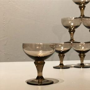 Syv flotte vintage likørskåle/snapseglas/shotsglas 🤩 Og så er de alle mundblæst og i en flot røgfarvet 🖤 De er gode på julebordet, nytårsbordet, påskebordet, fødselsdagsbordet, søndagsbordet, brunchbordet... faktisk er de bare gode på alle borde 😃😋 Syv stk, sælges for i alt Kr. 250.- H6 Ø5 cm. #likørskåle #snapseglas #shotglas #vintage
