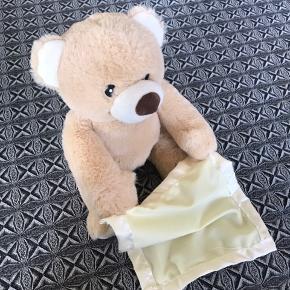 Den søde og sjove 'titte-bøh' bamse, der kan tage klædet op foran øjnene og sige titte bøh og andre ting. Næsten ikke brugt, da den desværre blev 'glemt' lidt. Købt for 250,-