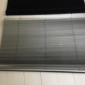 Helt nye plissegardiner 2 sorte og en grå. Sælges entensamlet eller hver for sig 150kr stk.  Mål: 90 og 80 cm bred og 150 cm lang. Mørklægningsgardiner.