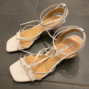 Sælger mine fine konfirmations sko:)) De er købt i & other stories til 695kr, og en smule brugt som også ses på billedet. Min mp er 150kr, byd gerne😊