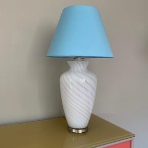 Stor smuk Murano hvid swirl bordlampe. Sælges uden skærm  Ca 39/40 cm høj