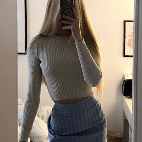 Sælger denne flotte sweater fra zara Den er cropped Har aldrig fået den brugt💜 Str small