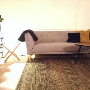 Pænt lysegråt sofasæt, som man sidder og ligger dejligt i. Det ene ben på den store er lidt løs, men intet som en skrue ikke kan klare.  3 personers: L 208 cm 2 personers: L 167 cm, D 85 cm, H 79 cm  NY pris: 5.998,00 BYD gerne, kun seriøse bud.