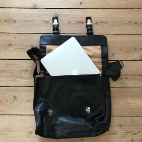 Saccoo Amsterdam skuldertaske i sort læder. Aldrig brugt. To indvendige rum og et bagerst. Plads til bærbar mv.