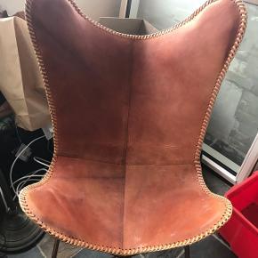 Flagermus stol i cognac farvet læder med kobberstel - er kun pakket ud og samlet- Aldrig brugt kun stået. Nypris 1600 kr.  Står og kan afhentes i Kolding.