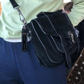 Sælger min elskede Proenza shoulder taske.   PS 1 tiny i ruskind. Den er købt sidste maj for 11.550 og sælges for 7000. Den har super god plads og har ingen tydelige brugstegn