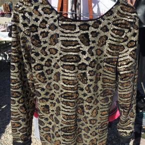 fed paillet bluse , med dyb ryg og leo print 💚 ny pris 500,-  Sælges billigt!