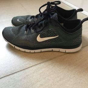 Varetype: Nike Farve: Grå  Sælger mine skønne sko fordi jeg skal have ryddet ud i skabet ;) Skøn let model.  Velholdte. De er i super stand, men den ene har et lille hul i stoffet på overfoden (sender gerne billede). Ikke noget der er et problem i brug og som man ser, men vil selvfølgelig nævne det.   Bytter ikke.  Normal i størrelsen.