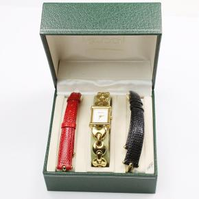 Overvejer at sælge denne smukke ur der er lavet af gucci i 1998 Det er en vintage model derfor kan ikke fåes idag! Derfor dens unikhed gør den blot mere værdifuld og smukkere!  Der følger købsbevis med ved køb   Uret er guldbelagt  Remmene følger ikke med ... det er blod på billedet..