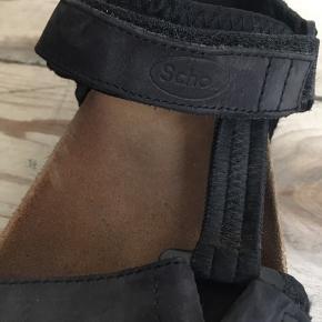 Sandalen er fra mærket Dr. Sholl, der er en rigtig god og sund sko, der ligner Birkenstock i udseende og brug. Brugt få gange. Købt til en ny pris på 500 kr  OBS: prisen kan forhandles! Kan afhentes på Østerbro