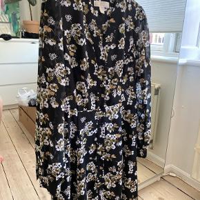 Sød blomstret kjole med knaplukning foran og let gennemsigtige ærmer fra Michael Kors  Xs svarer til S