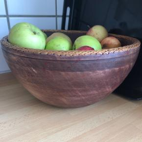 Gammel skål lavet af træ fra Afrika med fletkant. Diameter 29,5 cm