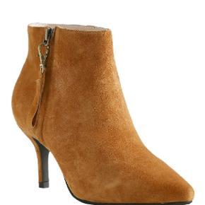 Agnete Gold Ruskinds Støvlet fra Shoe the Bear.  Farven hedder Oak.  - 100% ruskind - Lining: 100% læder - Gummi ydersål - Ruskind hæl - Hælhøjde: 7 cm