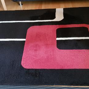 Tæppe fra Kilroy Collection.  Mærker fra bord i tæppet - ved ikke om de kan fjernes. Har prøvet at tage billeder tæt på, så stand kan bedømmes.  Den lyse del trænger til vask/rens - har ikke selv gjort noget.  Se også min annonce med tæppe i str. ca .170 x 240 cm.  Ved køb af begge gives rabat.