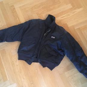 Original Schott bomber-jacket fra 1990´erne. Mørkeblå nylon. Egentlig i god stand, men der er slidhuller på manchetterne på begge ærmer (se billede). Bud modtages gerne.