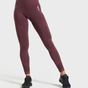 """Modellen hedder ENERGY+ SEAMLESS LEGGINGS i farven """"Berry red"""". Jeg sælger, da jeg nok må erkende de er for lange i benlængden til mig (er 160 cm), de fejler absolut intet og nærmest helt nye Jeg betaler fragt"""