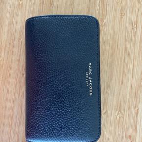 Marc Jacobs sort læder pung - mål 14 x 9 cm. Plads til 10 kort og mønter.  Ingen brugsspor.