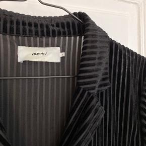 Skjorte med striber af velour fra Moves str. M