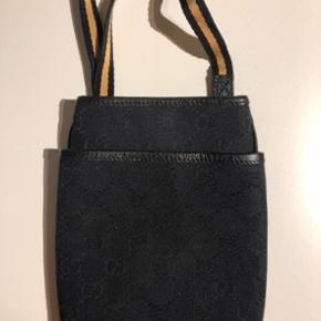 Fin lille taske fra Gucci.  Perfekt til lige at have det mest nødvendige med.   Købt på Vestiaire collective. Kvittering herfra medfølger