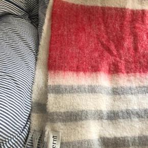 Varetype: Tæppe Størrelse: Oz Farve: Multi Oprindelig købspris: 800 kr.  Mohair og uld tæppe. Har ligget i kurv og næsten ikke brugt. Kom med bud.