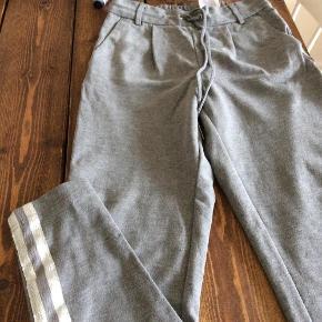 Varetype: Bukser Farve: Grå Oprindelig købspris: 300 kr. Prisen angivet er inklusiv forsendelse.  Lækre bukser, der er behagelige at have på. Med to fine sølvstriber ned lang siden af begge ben.