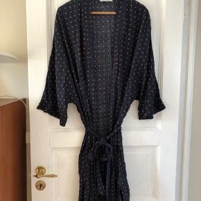 Kimono-stil kjole med bindebælt   ———————————————————————  Se mine andre annoncer!  ARKET, & Other Stories, Rodebjer, Samsøe & Samsøe, ARQ, Monki, H&M, Nike, Zara, Ray Ban, Won Hundred, ENVII, American Apparel