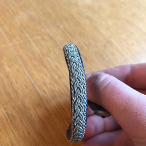 Fint armbånd i lilla læder med sølvflet fra BeChristensen. BYD gerne ☺️