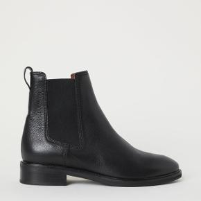 Flotte Chelsea støvler i læder fra H&M premium. Aldrig brugt. Str. 39. Jeg bytter ikke. Hælhøjde: 3,5 cm.
