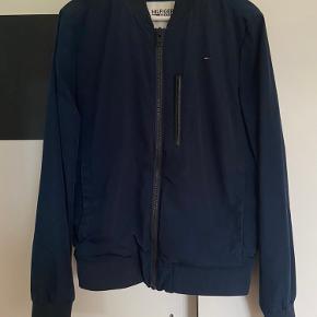 Jeg sælger denne blå tommy Hilfiger bomber jacket i str m  Pris: 200kr (normalpris 1500kr)  Kan afhentes i Aalborg eller sendes på købers regning