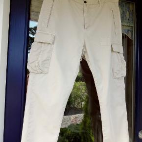 Hope bukser - Model 'Pocket Trousers' - med flere detaljer Str. 40 - 100% bomuld - farve: 'Nude' Taljevidde: 45 cm x 2 - Længde: 93 cm Modellen er en lille anelse baggy - alt efter om, bukserne hænger på hoften eller trækkes helt op i taljen Ingen brugsspor - fin stand :-)