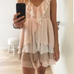 Super flot kjole str 38.  Aldrig været i brug. Fra H&M