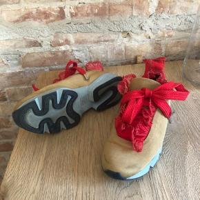 De populære sko fra Ganni med røde flæser. Den ene side er gået lidt op i syningen på flæsen, men ellers meget fine og kun brugt få gange.  Se også mine andre gode varer 😊