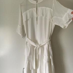 Sælger lækre kjole fra Munthe   Brugt som Studenterkjole men også fin som konfirmationskjole
