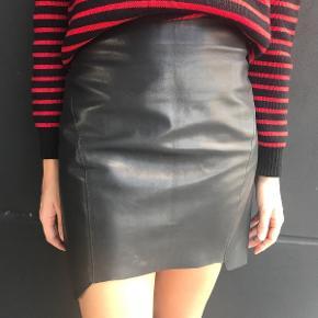 Hvid højtaltet nederdel i kvalitetslæder fra Acne.   Brugt få gange og i fin stand.