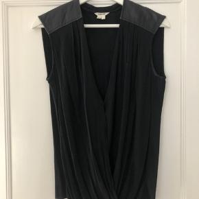 Smuk sort Helmut Lang top, med læder detaljer.