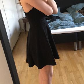 Sort kjole. Jeg har af en eller anden grund klippet vaskeanvisningen af 😅 Hvis pakken skal sendes, betaler køber fragt