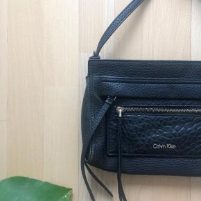 Taske remmen kan fjernes, og tasken kan bruges som clutch.