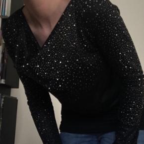 Skøn trøje fra Black Lily med masser af glimmer til enhver fest og hverdagsarrangementer.  Prisidé 150 kr  ❌BYTTER IKKE. 💵Betaling gennem Mobilepay 🛍Afhentes på Nørrebro i weekend og aftentimerne og ved Trianglen på Østerbro i dagtimerne 📦Sendes via DAO. Porto omkring 33 kr.