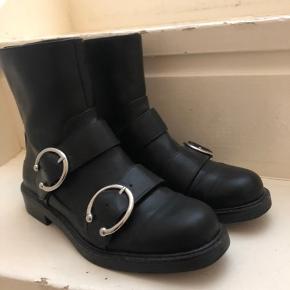Sælger disse super fede støvler fra Mango i en str 38. De er kun brugt en enkelt gang, og fremstår derfor som helt nye. Byd gerne.