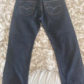 Har været brugt nogle gange, og har fået en omgang vask. Derfor er indersiden af jeans fået en blålig kulør, men udenpå fremstår de næsten som ny. 💪🏼 Ingen tydelig brugstegn eller skader, da den har været brugt få gange. Størrelse ifht. W og L kan ses på billedet.
