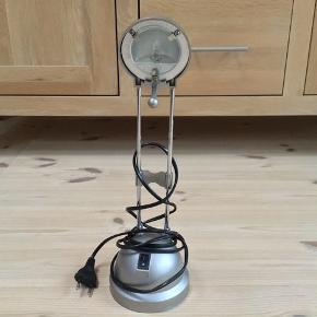 Bordlampe i stål med pære fungerer perfekt og er i flot stand