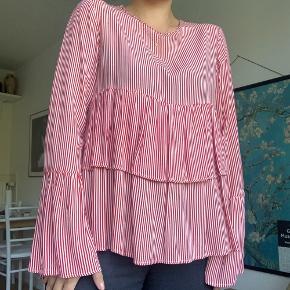 Stribet bluse fra Zara, 100% Viskose. Brugt få gange