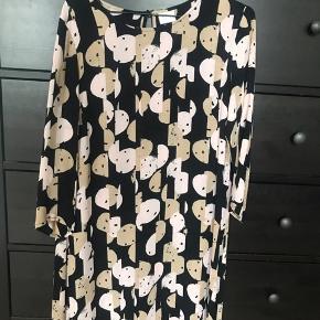 Fin løs kjole med 3 kvart ærmer. Kan nemt gives et bælte i taljen, hvilket er rigtigt fint.   Kun brugt 2 aftner, hvorfor den sælges.