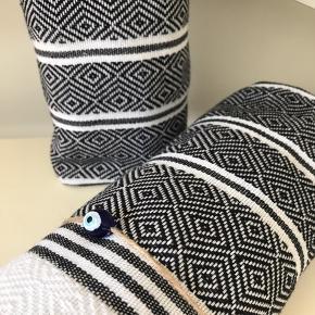 Hamam Hammam  De vævede, tyrkiske hammam-håndklæder er lavet af 100% tyrkisk bomuld. De er super bløde og næsten silkeagtige at røre ved. Den stramme, flade vævning gør dem meget absorberende, lette og hurtigt tørrende.  Brug som badehåndklæde på rejsen eller i spaen. De fine mønstre gør håndklæderne super smukke at bruge som sarong, tørklæde, babyslynge, tæppe eller meget andet. 149 pr stk. Plus Porto 37kr. Ved køb af flere deler jeg gerne porto'en☺️