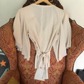 Smuk bluse , sommerfugle ærmer .  Bindebånd i ryggen.   Kan ikke længere passe den derfor ingen billeder af den på ☺️   ✨BYD✨