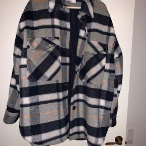 Fed skjortejakke fra Global Funk i størrelse L. Jakken har for og kan bruges som skjorte eller overgangsjakke. Den er oversized. Modellen hedder Hardy.